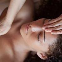 Position soin Reiki main sur le front au niveau du chakra du troisième oeil